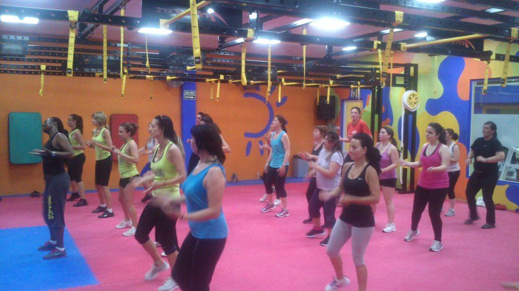 Haciendo ejercicio en las clases de zumba en el gimnasio for Gimnasio energy